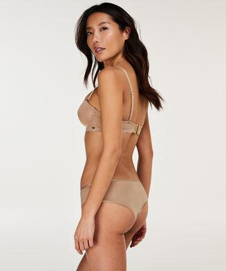 Brazilian Angie Nude, Huidskleur