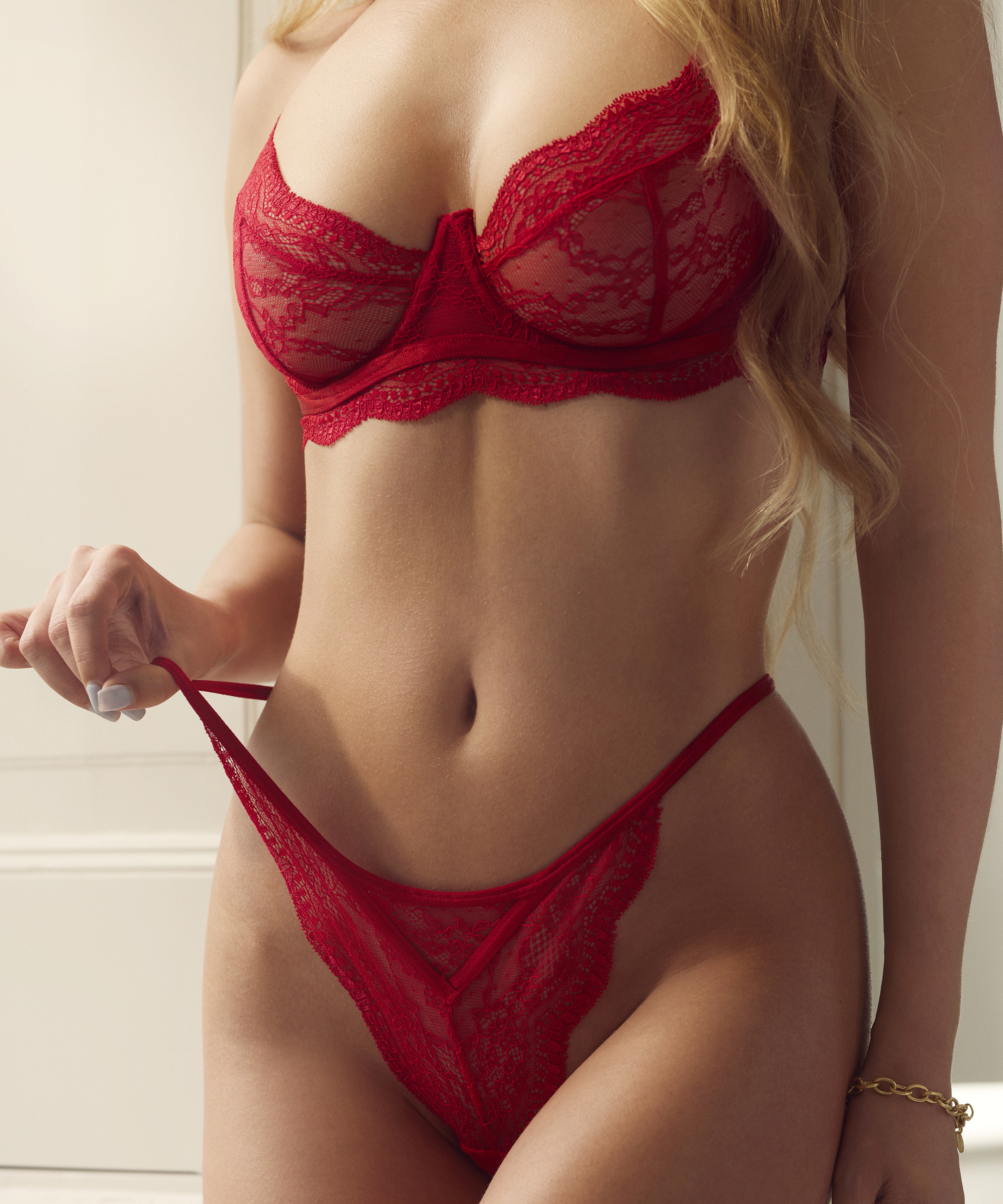 String Isabelle, Rood, main